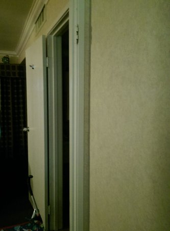 BEST WESTERN PLUS InnSuites Ontario Airport E Hotel & Suites: DOORS MISSING