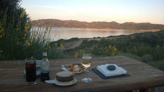 Hotel U Capu Biancu: Apéritif au coucher du soleil, en terrasse...