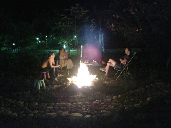 Villa Iz: Lagerfeuer am Abend