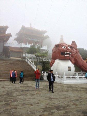 Wen Wu Temple : 大きな狛犬がお出迎え