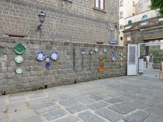 Artis Domus: Wall near entrance