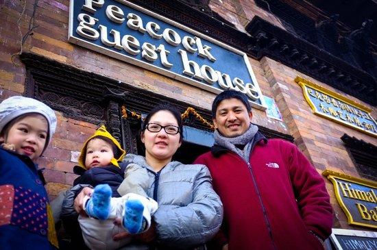Peacock Guest House: คนขวาสุด ผู้ดูแล Guest House ครับ