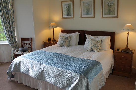 Dunmurray Lodge: Queen bed in the Murray Room