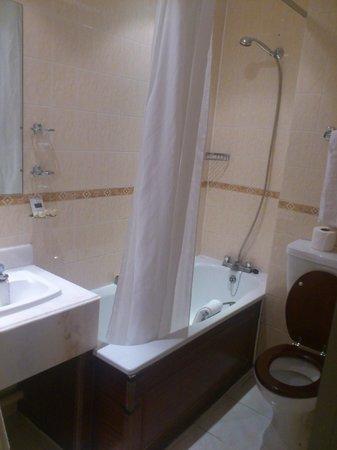 Kensington Gardens Hotel : Baño muy limpio