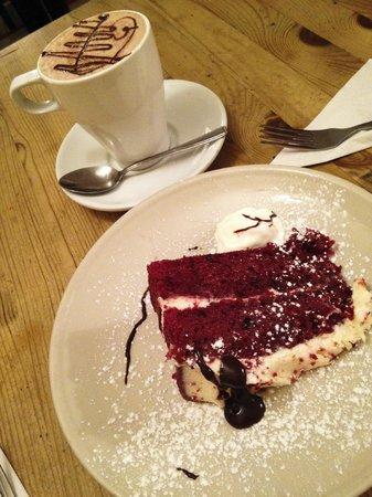 Gusto Cafe Deli: Hot chocolate y red velvet cake