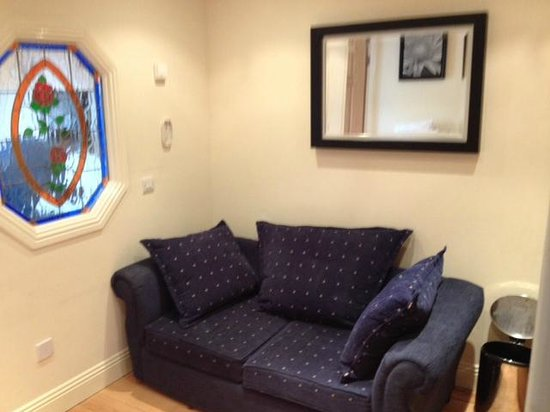 Leesonbridge Guesthouse: Angolo cottura con divano letto