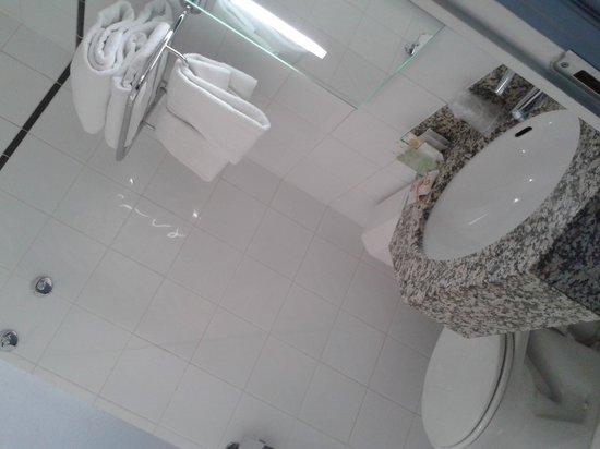 BEST WESTERN De Neuville: The Bathroom