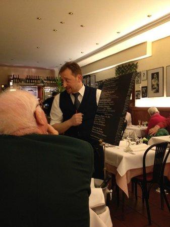 Fellini: Massimo zelebriert den Vortrag der Speisekarte, gehört immer zum Ambiente, herrlich.