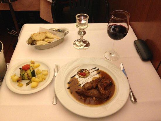 Fellini: Kaninchenrücken in einer leichten Rotweinsauce mit Kartoffeln und Zucchini-Streifen
