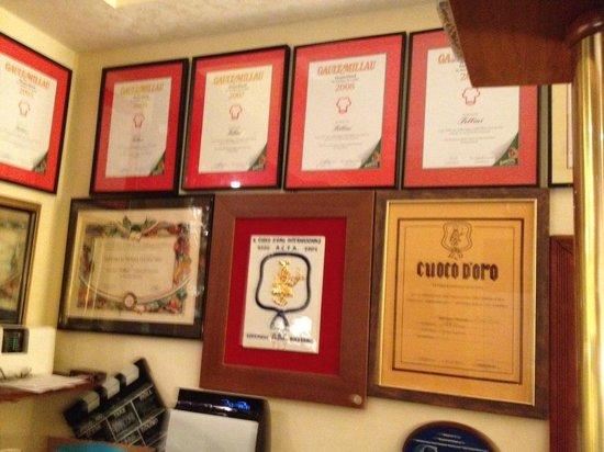Fellini: Sehr viele Auszeichnungen des Restaurants hängen im Barbereich an der Wand