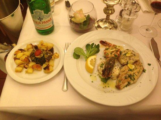 Fellini: Gemischter Fischteller mit Gambas und leckeren Bratkoartoffeln und Zucchini