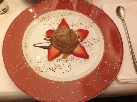 Fellini: Mousse au chocolat mit frischen Erdbeeren, eine kleine süße Versuchung