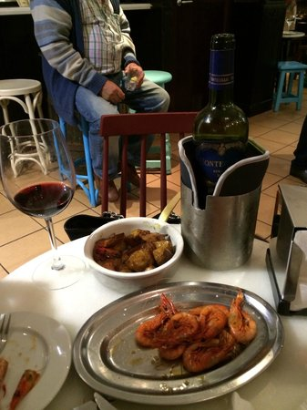 La Peninsular: The prawns and the skewered pork with the Montecillo Reserva