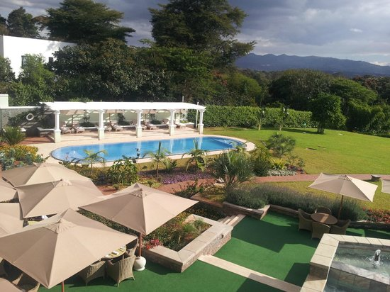 Hemingways Nairobi: la piscine (vue du batiment principal)