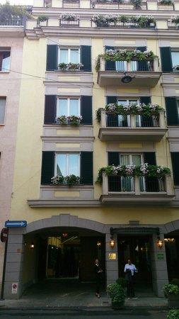 Hotel Manzoni: Portico drop off area and quiet streets around the Manzoni