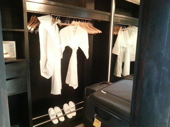 LUX* Belle Mare : wardrobe