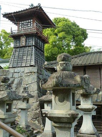 Honmyoji Temple: Escaleras llenas de lámparas de acceso al templo