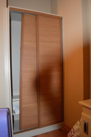 Antik Hotel Istanbul: Gehandicapte kamer: Kleding kast