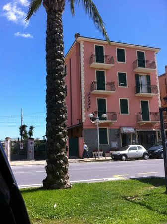 Hotel La Milanese : hotel di fronte