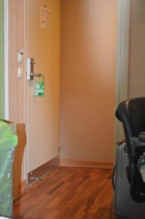 Antik Hotel Istanbul: Gehandicapte kamer: tweede deur/opening naar bedden, hal
