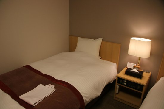 Richmond Hotel Hamamatsu : 広いセミダブルベッド
