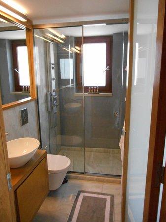 Monastery Boutique Hotel: Modern Bathroom
