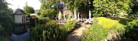 """Weinromantikhotel Richtershof: Blick in den wundervollen Garten hinter dem Restaurant """"Remise"""""""