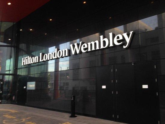 Hilton London Wembley: ป้ายชื่อโรงแรม