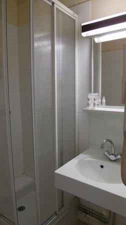 Hotel Du Trosy : Prysznic i duża umywalka. Ok!