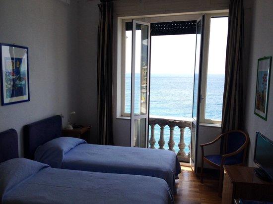 Hotel Casmona : Camera 204: che vista dall'ampia finestra!!