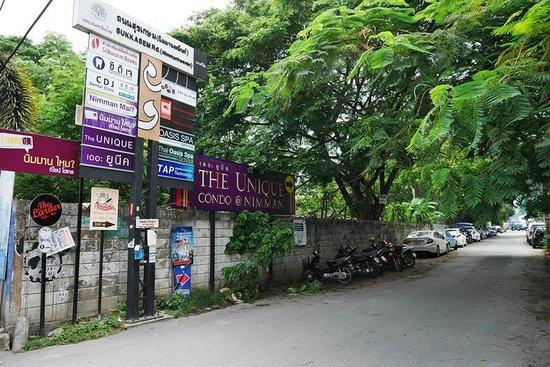นิมมาน ไหม ดีไซน์ โฮเต็ล: Entrance of alley where hotel is located