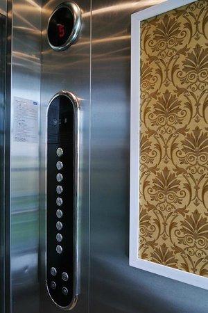 นิมมาน ไหม ดีไซน์ โฮเต็ล: Elevator is not too small and offers a view of the outside.