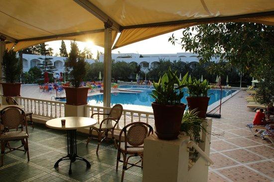 Dessole Le Hammamet Resort: Вид на бассейн с террасы диско-бара
