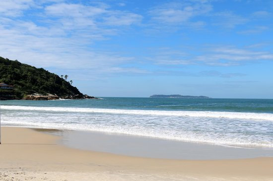Praia De Quatro Ilhas: Mar azul.