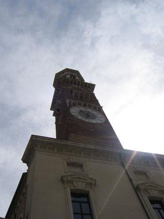 Torre dei Lamberti: La Torre vista dalla Piazza