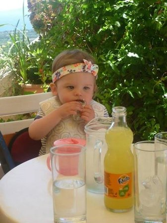 Kastro Cafe: evie enjoying her lunch in the castle