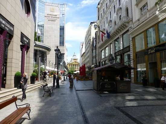 Kempinski Hotel Corvinus Budapest: Hotel Side Street