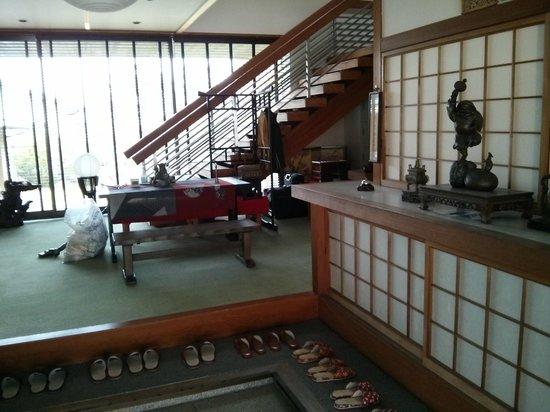 Miyajima Guesthouse Mikuniya : Guest house entry lobby