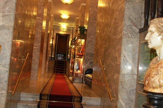 Bettoja Hotel Mediterraneo: Prima di salire le scale per le camere