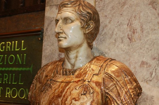 Bettoja Hotel Mediterraneo: statue