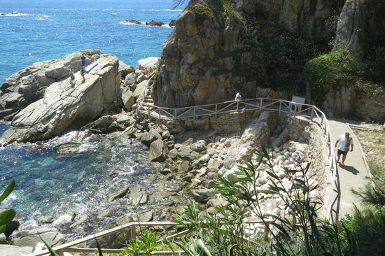 Hotel Cap Roig : Дорожка на пляж.
