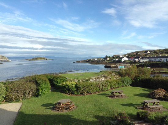 Isle of Coll Hotel: view of hotel gardens from our room