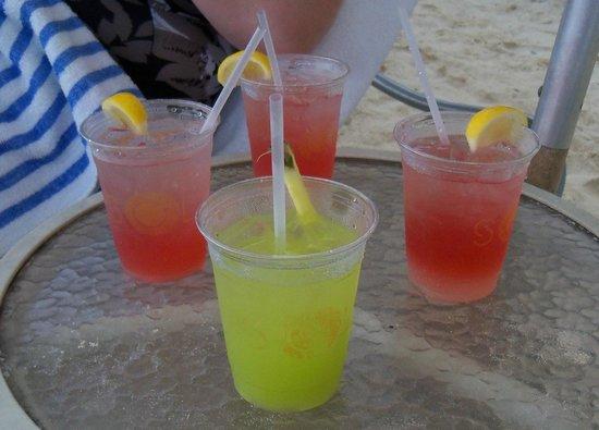 Marriott Grand Cayman Beach Resort: Drinks on the beach