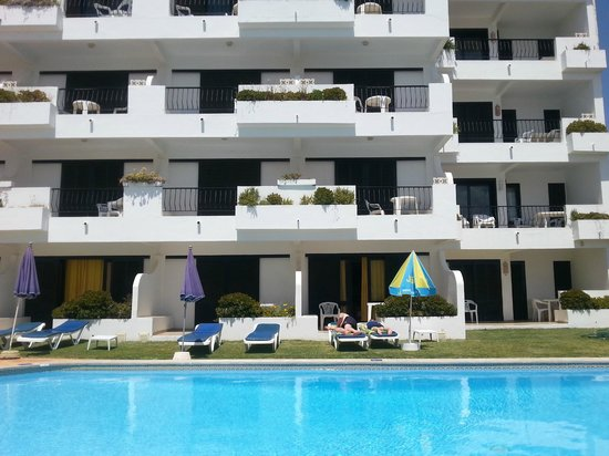 Rainha D Leonor Apartamentos: Centre view of  hotel