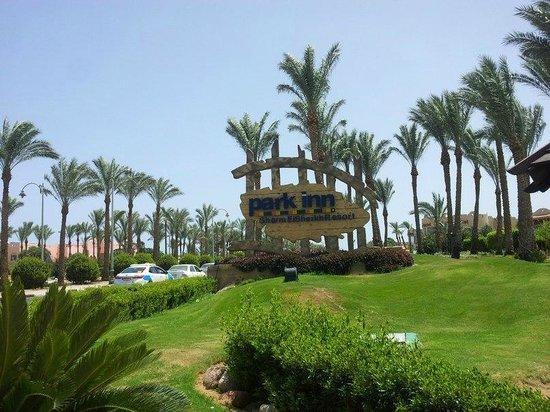 Park Inn by Radisson Sharm El Sheikh Resort: Вход в зону отеля. Название отеля.