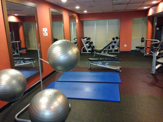Courtyard by Marriott Miami Airport: Angle 1 of fitness center