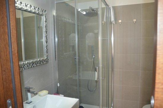 domus fontis salle de bain avec douche lumineuse bleu