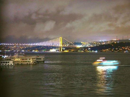 Shangri-La Bosphorus, Istanbul: ночной вид из номера