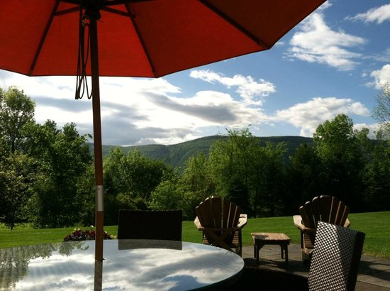 The Inn at Ormsby Hill: Summer Patio View
