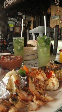 Calypso´s Comida Mexicana y Mariscos: Refeição de mariscos e mojitos